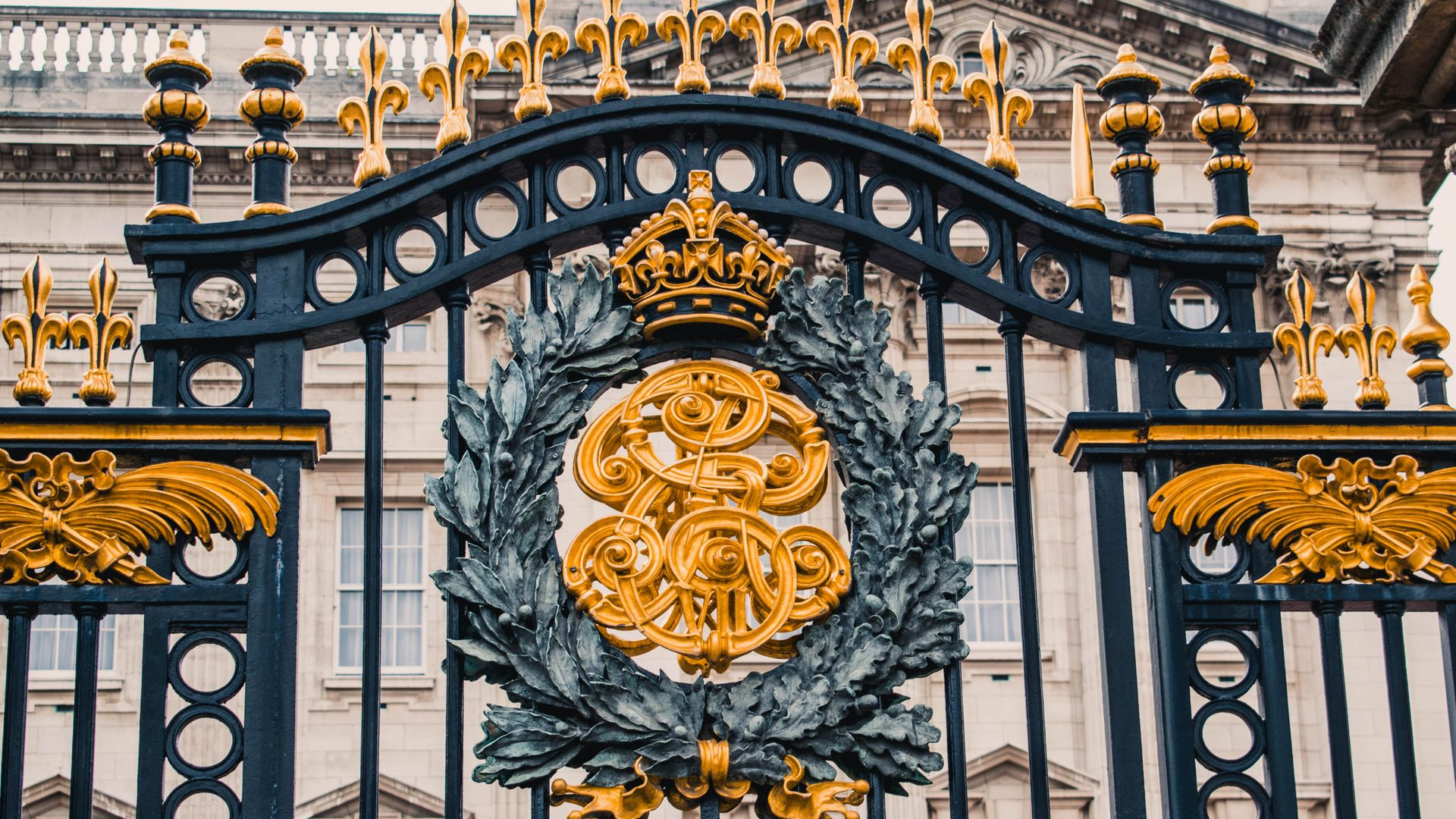 city,walking,finish,capital of the united kingdom,palace,buckingham,of,british capital,up,ending,fold,urban center,london,boon,gate,close,castle,stopping point